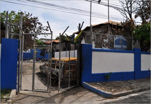 05. Le commissariat de Hannah Town, West Kingston. Ses images en feu ont fait le tour des télés, et son attaque a poussé Bruce Golding à instaurer l'état d'urgence à 16h le 23 mai 2010.