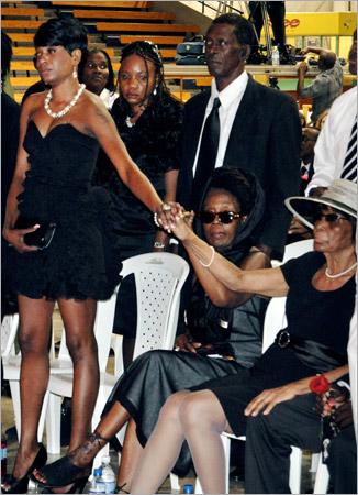 18. De gauche à droite : une des filles de Gregory Isaacs, avec sa mère. A droite, la mère du défunt, Enid Murray (Gregory Isaacs Funeral / Novembre 2010)