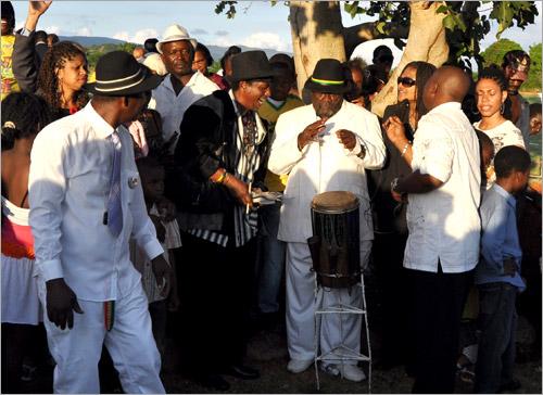 21. Bongo Herman rend un dernier hommage (Gregory Isaacs Funeral / Novembre 2010)