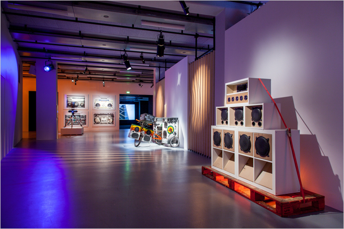 01. Ikea Sound System (David Renault) / vélo sound system de La boite à outils  / au fond, les clichés boomboxes de Lyle Owerko