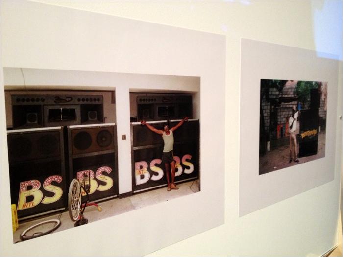 07. Photos de Beth Lesser : à gauche, Papa Screw devant le sound Black Scorpio, à droite : ambiance chez Youth Promotion, le sound de Sugar Minott