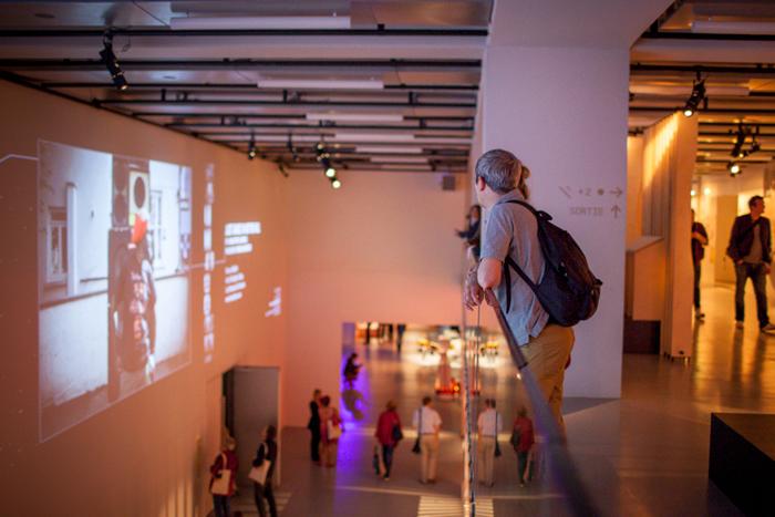 09. Depuis la terrasse intérieure du diaporama 'Outternational' - ici les photos de Patrick Gherdoussi à Notting Hill (Jah Observer)